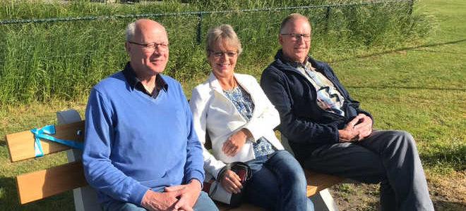 VAR Nieuwsblad: Korfbalvereniging OVVO/De Kroon ontvangt bankje van gemeente